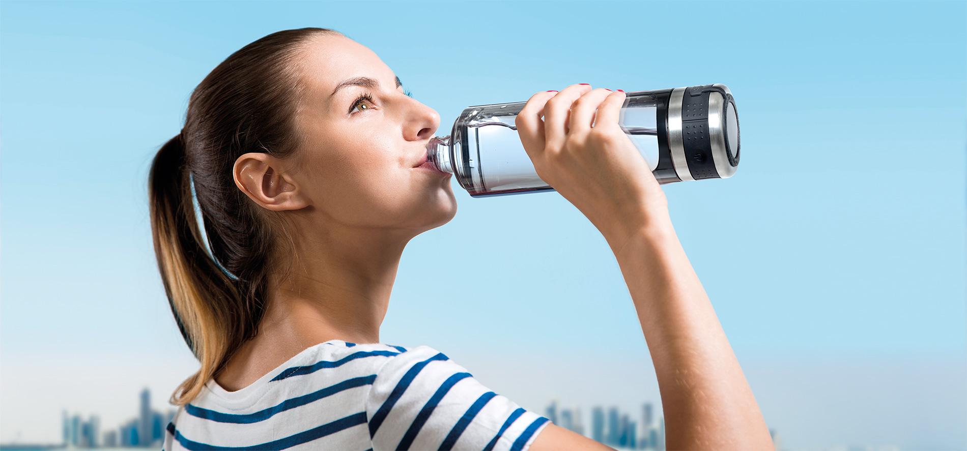 chica bebiendo agua hidrogenada